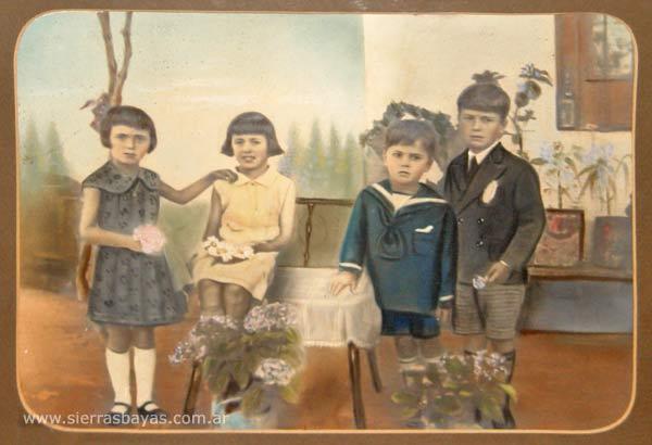la familia cuias nos ha dado acceso a sus antiguas fotos familiares entre ellas destacaban dos grandes cuadros que compartimos aqu posando en el patio